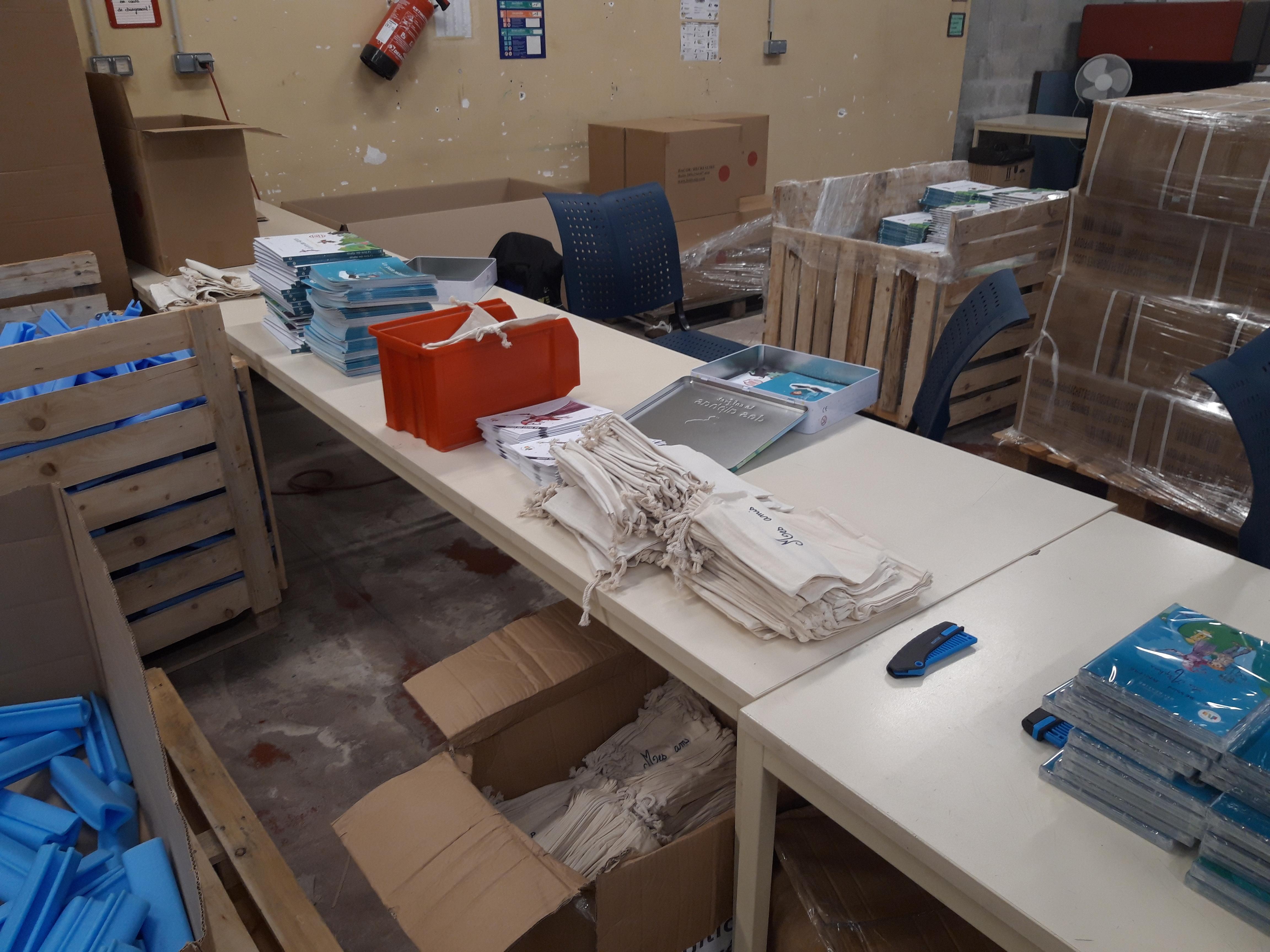 Atelier ESAT photo montage des produits de la gamme les Alphas, pour apprendre à lire aux enfant avec la méthode des Alphas