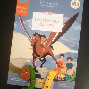 """[JEUDI COULISSES]  La fin d'année scolaire est souvent propice aux souvenirs. Madame i et le gulu se sont remémorés leurs aventures pour découvrir le secret des chevaux du vent avec Petit Malin !  Une énigme incroyable qu'ils ont résolu avec succès, et qu'ils adorent raconter aux enfants !   Issu de la collection """"Lire pour grandir"""", """"Les chevaux du vent"""" est un ouvrage de 64 pages destiné aux lecteurs qui lisent de manière autonome. Il permettra aux enfants de lire une histoire avec plaisir tout en enrichissant leur vocabulaire grâce à des mots expliqués dans un glossaire, qui se trouvent dans le texte.  Découvrez notre collection """"Lire pour grandir"""" sur www.editionsrecrealire.com.  #lesalphasofficiel #lesalphas #methode #lecture #recrealire #edition #pedagogie #apprentissage #livre #enfants #lire #nouveaute #collection #vocabulaire #mots #texte"""