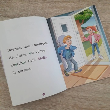 """[MARDI PÉDAGOGIE]  Vous le savez, notre nouvelle collection """"Apprendre à lire avec LES ALPHAS"""" comporte 3 niveaux de lecture : Début, Milieu et Fin CP.  En fonction du niveau, des codes couleurs sont présents dans les textes pour attirer l'attention de l'enfant sur des correspondances complexes.  - Avec les ouvrages Début CP qui présentent des correspondances simples, les lettres muettes sont grisées, des mots sont en italique et de couleur violette lorsqu'ils nécessitent l'aide de l'adulte pour être lus, et des lettres vertes amènent à s'interroger sur la prononciation du """"e"""" dans les mots.  - Dans les ouvrages Milieu CP, il n'y a plus de lettres grisées pour indiquer les lettres muettes, mais des lettres oranges pour attirer l'attention sur des groupes de lettres qui représentent des sons complexes découverts par les enfants à ce stade de l'apprentissage (""""ou"""", """"an"""", on"""", """"eu"""", in"""", """"oi"""").  - Les ouvrages Fin CP présentent quant à eux des textes avec des lettres oranges pour indiquer les différentes manières d'orthographier un même son (ex : /o/ = """"o"""", """"au"""", """"eau""""), et des lettres bleues pour que l'enfant fasse attention aux lettres qui peuvent changer de prononciation (lettres -c, -g et -s).  N'hésitez pas à nous faire part de vos retours sur cette collection !  #lesalphasofficiel #lesalphas #methode #lecture #recrealire #edition #pedagogie #apprentissage #livre #enfants #lire #nouveaute #collection #couleurs #mots #texte #code"""