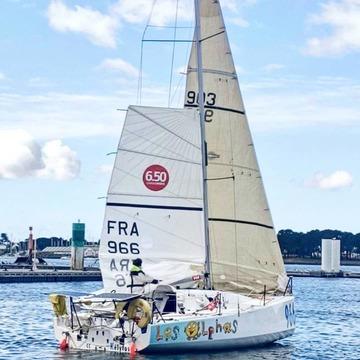 """[JEUDI COULISSES]   Lundi, un bateau nommé """"Les Alphas"""" a pris le large à l'occasion d'une course, La Mini en Mai, au départ de La Trinité-sur-Mer en Bretagne.   Nos amis, qui reviennent actuellement sur la terre ferme, étaient en compagnie de @leomini650. Mais que peut bien cacher ce bateau aux couleurs des Alphas ? Nous vous donnerons des indices prochainement !   #lesalphasofficiel #lesalphas #methode #lecture #recrealire #editionsrecrealire #edition #pedagogie #apprendre #lire #traversée #course #vague #eau #voile #mer #bateau"""