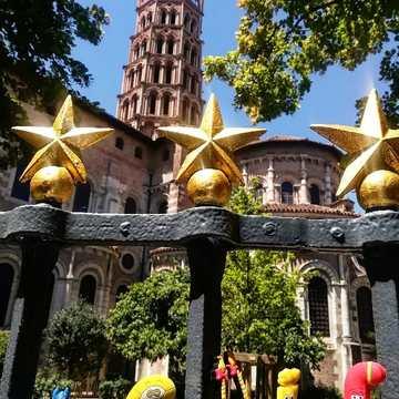 """[JEUDI COULISSES]  Après avoir bien travaillé tout au long de l'année, certains Alphas sont allés se ressourcer à Toulouse afin de profiter de la """"ville rose"""" aux beaux bâtiments.  De passage, ils ont pu admirer la Basilique Saint-Sernin et apprendre plein de choses. Madame é en a même perdu son auréole, tant elle découvrait ce lieu qu'elle ne connaissait pas !  Les Alphas vous souhaitent d'agréables vacances !  #lesalphasofficiel #lesalphas #methode #lecture #recrealire #edition #pedagogie #apprentissage #livre #enfants #lire #figurines #toulouse #basilique #basiliquesaintsernin #villerose #occitanie #visite #vacances"""