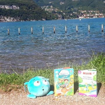 [JEUDI COULISSES]   Les Alphas profitent du lac de Saint-Jorioz pour lire au soleil. Et vous ?   #lesalphasofficiel #lesalphas #methode #lecture #recrealire #editionsrecrealire #edition #pedagogie #apprendre #lire #enfant #lac #soleil #vacances