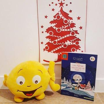 """[JEUDI COULISSES]  C'est le mois de décembre, et l'occasion de découvrir de belles lectures en attendant Noël !  Dans """"Les Alphas sauveront-ils Noël ?"""", les enfants découvriront une belle histoire. En apprenant l'existence du Père Noël, madame i et monsieur o lui proposent d'étendre sa distribution de cadeaux à la planète des Alphas. Mais c'était sans compter sur Furiosa...  Ouvrage de la collection """"Lire pour grandir"""" idéal en cette période, il s'adresse aux enfants qui savent bien lire et leur permettra d'enrichir leur vocabulaire grâce à des mots expliqués dans un glossaire tout en leur donnant le goût de la lecture.  Jusqu'au 31 décembre, pour l'achat du livre """"Les Alphas sauveront-ils Noël ?"""" ainsi qu'un de nos albums jeunesse de la collection 20/20, parfaits pour échanger avec les enfants, un pot à crayons des Alphas est offert sur notre site www.editionsrecrealire.com !  #lesalphasofficiel #lesalphas #methode #lecture #recrealire #editionsrecrealire #edition #pedagogie #apprentissage #enfants #lire #noel #vocabulaire"""