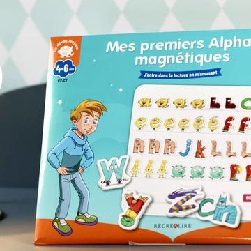 """[MARDI PÉDAGOGIE]   Un nouveau support magnétique pour débuter avec les Alphas ! Votre enfant ou vos élèves connaissent bien l'histoire """"La Planète des Alphas"""", les différents personnages et ont pu manipuler les figurines pour réussir à bien différencier le chant de chacun ?   Avec """"Mes premiers Alphas magnétiques"""", ils vont pouvoir s'entraîner à composer leurs premiers mots ! Grâce à un tableau magnétique, l'enfant va avoir la possibilité de composer de premiers mots simples avec les 60 magnets des Alphas, en veillant à mettre ceux-ci dans l'ordre pour constituer des mots.   Ainsi, il va pouvoir vérifier avec vous qu'il différencie bien les Alphas en reproduisant des mots grâce aux Alphas qu'il entend dans chacun. Un support ludique pour l'école ou la maison avec un petit livret donnant des exemples d'activités à réaliser et des explications sur la pédagogie des Alphas.   La semaine prochaine, nous vous présenterons notre deuxième nouveau support magnétique pour passer des Alphas aux lettres ! A retrouver sur notre site www.editionsrecrealire.com.   #lesalphasofficiel #lesalphas #methode #lecture #recrealire #editionsrecrealire #edition #pedagogie #apprendre #lire #maison #ecole #mot #tableau #ecrire #aimant #magnet"""
