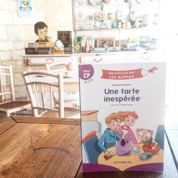 """[JEUDI COULISSES]  Pour certains, les vacances touchent à leur fin, tandis que pour d'autres, elles se poursuivent ou vont bientôt commencer ! Mais, quoi de mieux pour tous que de s'amuser en lisant ou en cuisinant en compagnie des Alphas ?  Vous connaissez l'ouvrage """"Une tarte inespérée"""" de la collection """"Apprendre à lire avec LES ALPHAS"""" ? Il est parfait pour les lecteurs débutants car le texte ne contient que des mots avec des sons simples (pas de """"ou"""", """"an"""", """"in""""...) et des codes couleurs permettent d'attirer l'attention des enfants sur des difficultés orthographiques.   Il nous donne également très envie de cuisiner avec Petit Malin et ses amis !  Quelle serait votre tarte inespérée ?  #lesalphasofficiel #lesalphas #methode #lecture #recrealire #editionsrecrealire #edition #pedagogie #apprendre #cuisine #tarte #livre #gateau"""