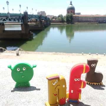 [JEUDI COULISSES]  Les Alphas de la famille des voyelles et des consonnes ne sont pas épargnés par la chaleur.  En cette période où ils visitent Toulouse, ils n'hésitent pas à se rapprocher de la Garonne ou à aller vers des points d'eau régulièrement pour s'hydrater !  Passez-vous vos vacances avec les Alphas ?  #lesalphasofficiel #lesalphas #methode #lecture #recrealire #edition #pedagogie #apprentissage #figurines #enfants #lire #toulouse #garonne #soleil #pontsaintpierre