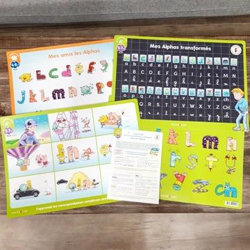 """[MARDI PÉDAGOGIE]  La méthode de lecture LES ALPHAS est constituée d'ouvrages, de jeux pédagogiques et d'outils ludiques pour entrer dans la lecture. Connaissez-vous nos sous-mains, ces supports qui permettent d'apprendre visuellement ?  De nouvelles éditions sont disponibles sur notre site www.editionsrecrealire.com ! Ces supports qui accompagnent l'enfant à la maison au quotidien ou à l'école permettent d'apprendre en ayant en permanence les références des Alphas sous les yeux.  - Mon sous-main des Alphas """"Déclic lecture"""" (photo 2) permet de découvrir et de reconnaître les personnages en les ayant à proximité - Mon sous-main des Alphas transformés recto-verso (photo 3) aide l'enfant à faire le lien entre les Alphas et les Alphas transformés (les lettres) - Mon sous-main Alphas des correspondances complexes recto-verso (photo 4) permet d'assimiler les correspondances complexes telles que """"ou"""", """"an"""", """"in"""" et les différentes manières de les orthographier en compagnie des Alphas.  Ces deux derniers sous-mains sont également disponibles en lot !  N'hésitez pas à partager les photos de vos enfants ou élèves en leur compagnie !  #lesalphasofficiel #lesalphas #methode #lecture #recrealire #editionsrecrealire #edition #pedagogie #apprendre #enseignant #classe #ecole #parent #visuel #image #sousmain"""