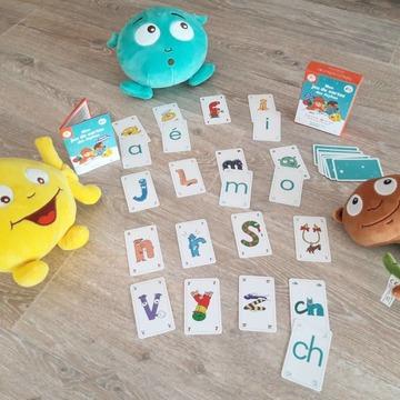 """[JEUDI COULISSES]  Monsieur o, monsieur a et le gulu se sont amusés comme des fous ! Cet après-midi, ils ont appris tout en s'amusant avec """"Mon jeu de cartes des Alphas"""" pour associer les Alphas aux différents types d'écriture !  Pour commencer, ils ont utilisé les cartes des Alphas à dos bleu et les cartes avec les lettres minuscules scriptes à dos orange pour créer des paires, avec les voyelles et les consonnes longues d'abord !  Plus tard, ils ont associé certains Alphas aux lettres majuscules scriptes qui leur correspondent, grâce aux cartes à dos jaune. Une fois qu'ils se seront bien entraînés, ils pourront s'exercer avec plus d'Alphas.  Ce jeu propose des cartes avec les Alphas et les différents types d'écriture (lettres minuscules scriptes et cursives, majuscules scriptes et cursives). Un livret présente différents jeux à faire avec les cartes.  À vous de jouer ! Vous pouvez le découvrir sur notre site www.editionsrecrealire.com.  #lesalphasofficiel #lesalphas #methode #lecture #recrealire #edition #pedagogie #lettres #assembler #jeu #cartes #association #voyelles #consonnes"""