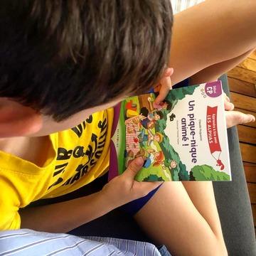 """[MARDI PÉDAGOGIE]   De jeunes lecteurs à la maison ou en demande à l'école ? Retrouvez la collection """"Apprendre à lire avec LES ALPHAS"""" !   Avec ses textes adaptés au niveau d'apprentissage de l'enfant, elle permet aux lecteurs débutants d'entrer dans la lecture sereinement avec des ouvrages  Début CP, Milieu CP ou Fin CP.   Un enfant qui souhaite lire ses premiers livres ? Proposez-lui les ouvrages Début CP de couleur violette sur la couverture, qui ne comportent que des mots avec des sons simples (pas de sons complexes tels que """"ou"""", """"an"""", """"in""""...), comme notre nouveauté """"Un pique-nique animé !""""   Avec des codes couleur dans le texte et une mise en page aérée, l'enfant sera accompagné dans sa lecture. Pour vérifier sa compréhension, un rabat de couverture permettra de cacher l'illustration le temps qu'il lise le texte, et des questions, présentes en fin d'ouvrage, pourront lui être posées par un adulte afin de voir s'il a bien compris ce qu'il a lu.   Vous pouvez retrouver l'ensemble de la collection sur notre site www.editionsrecrealire.com !   #lesalphasofficiel #lesalphas #methode #lecture #recrealire #editionsrecrealire #edition #pedagogie #apprendre #lire #enfant #ecole #maison #son #textes #collection"""