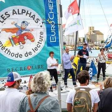 [JEUDI COULISSES]   Vous vous souvenez de Léo Debiesse, notre skipper préféré ? Il va bientôt partir pour une nouvelle course !   Ce samedi 18 septembre avait lieu le baptême du bateau LES ALPHAS. Un joli moment au cours duquel @leomini650 était accompagné de la marraine du bateau, Isabelle Autissier, de membres de notre équipe, d'amateurs de voile et de curieux, intrigués par les festivités organisées aux Sables d'Olonne.  À bord de son bateau LES ALPHAS, Léo débutera une nouvelle aventure ce dimanche 26 septembre en participant à une course légendaire, @laminitransat. Au départ de la @villedessablesdolonne, il rejoindra mi-novembre Saint-François en Guadeloupe après une escale à Santa Cruz de la Palma aux Îles Canaries.   Nous lui souhaitons une belle traversée, les Alphas seront derrière lui !   📷 Vincent Olivaud  #lesalphasofficiel #lesalphas #methode #lecture #recrealire #editionsrecrealire #edition #pedagogie #apprendre #lire #enfant #bapteme #course #eau #mer #bateau