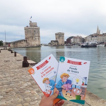 [JEUDI COULISSES]  Les Alphas continuent leur périple et sont aujourd'hui à La Rochelle ! Pendant les vacances, un membre de notre équipe est parti se ressourcer sur les bords de l'océan Atlantique, accompagné de belles lectures 😉  Vous partez en vacances avec certains de nos ouvrages, les figurines, ou des outils des Alphas ? N'hésitez pas à partager vos photos en compagnie des Alphas en taguant #lesalphasofficiel sur vos publications !  Bonnes vacances à tous !  #lesalphasofficiel #lesalphas #methode #lecture #recrealire #edition #pedagogie #apprentissage #livre #enfants #lire #vacances #larochelle #charentemaritime #atlantique #ocean #visite