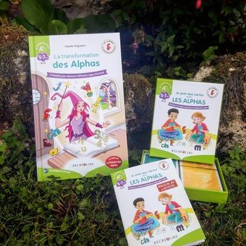 """[MARDI PÉDAGOGIE]  Savez-vous comment passer des Alphas aux Alphas transformés (autrement dit, les lettres) ? 🤔 C'est facile grâce à l'ouvrage """"La Transformation des Alphas"""" et au jeu """"Je joue aux cartes avec les Alphas"""" bien sûr !  Ces deux outils sont indispensables pour expliquer aux enfants que les Alphas peuvent se transformer afin d'adopter une nouvelle apparence, celle que l'on retrouve dans les livres.  Ils permettent aux enfants de découvrir différents types d'écriture et de s'entraîner à associer les Alphas à leurs correspondances sous forme d'Alphas transformés, les lettres, afin qu'ils puissent lire leurs premiers textes. Nous vous les présenterons en détail très bientôt !  Ils sont disponibles dans """"Mon coffret des Alphas transformés"""" ou à l'unité sur notre site www.editionsrecrealire.com.  #lesalphasofficiel #lesalphas #methode #lecture #recrealire #edition #pedagogie #apprentissage #transformation #enfants #lire #lettres #jeu #apprendre #ecriture"""